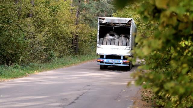 LKW fährt auf der Straße mit der Ladung.