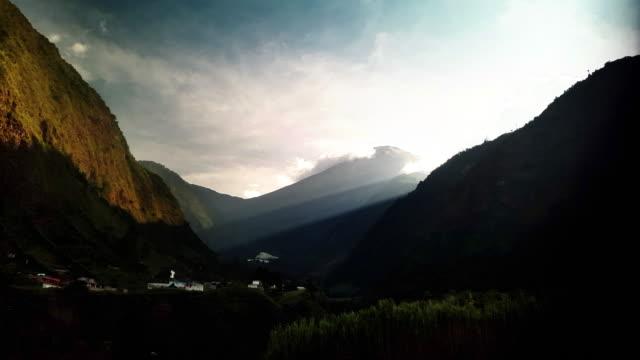 Volcán Tungurahua lapso de tiempo en baños Ecuador atardecer