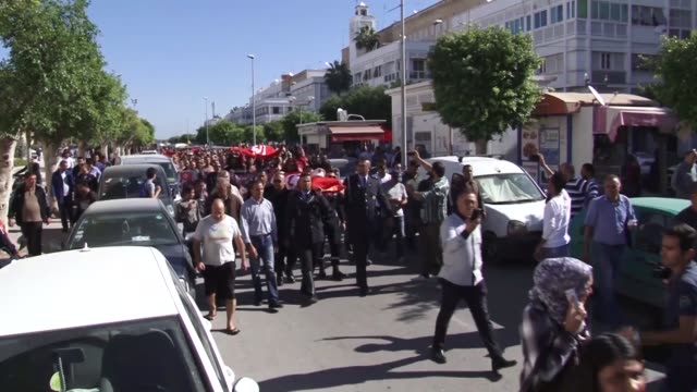 Tunisian policemen take part in a symbolic funeral on November 03 2017 in the city of Sfax during a march in solidarity with a policeman Riyadh...