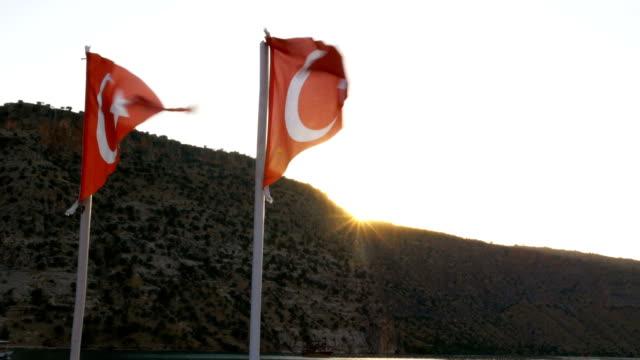 Türkische Flaggen nachschlagen mit Sonne