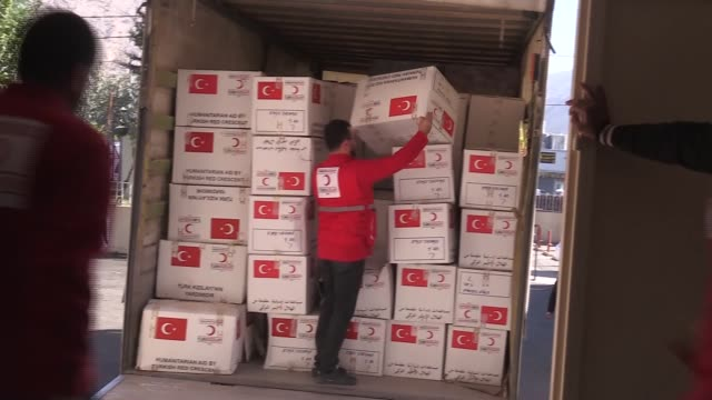 Turkish Red Crescent members deliver humanitarian aid packages to Iraqi officials Darbandikhan town a day after a powerful 73 earthquake struck the...