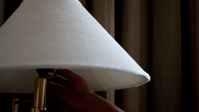 Drehen auf eine Lampe-Stock-Videos