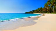 Türkisfarbene Meer Wasser und blauer Himmel am tropischen Strand