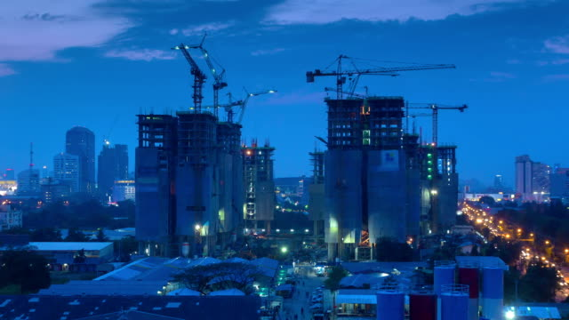 Dämmerung bis Nacht Zeitraffer, Baustelle in der Stadt