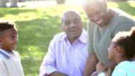 Zwei afroamerikanische Kinder bei den Großeltern