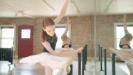 Twee ballerina's uitrekken