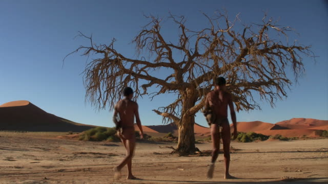 Two bushmen_Sossus_Baum_San