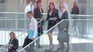 DS due businesswomen parlando su tablet su scale