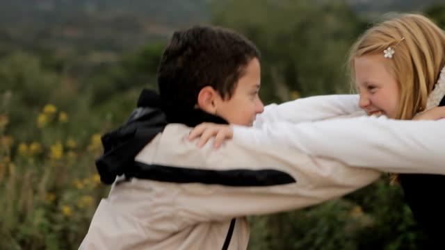 Due bambini giocare a lottare.