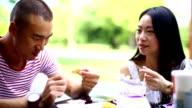 Zwei chinesische Volk zu Mittag essen.