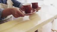 Twee koffie komt recht omhoog