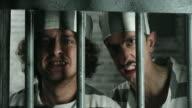 Twee gevaarlijke gevangenen op zoek door de tralies gevangenis