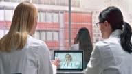 DS zwei Ärztinnen einen Videoanruf mit ihrem Labor-Kollegen