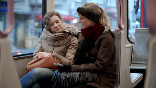 Zwei Freunde in die Straßenbahn