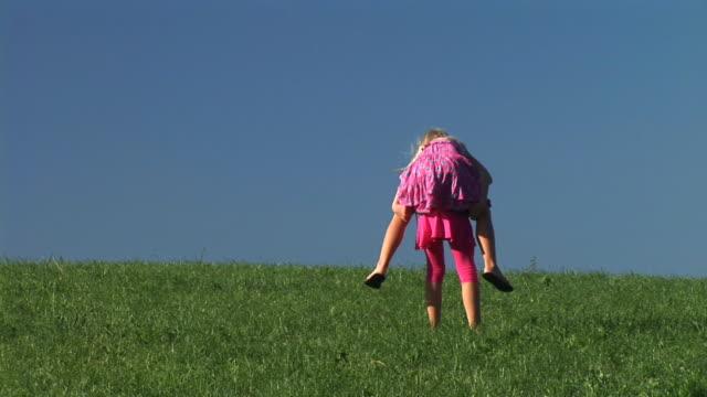 HD: Zwei kleine Mädchen spielen