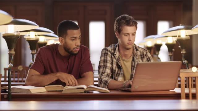 DS zwei männliche Schüler lernen zusammen in der Bibliothek