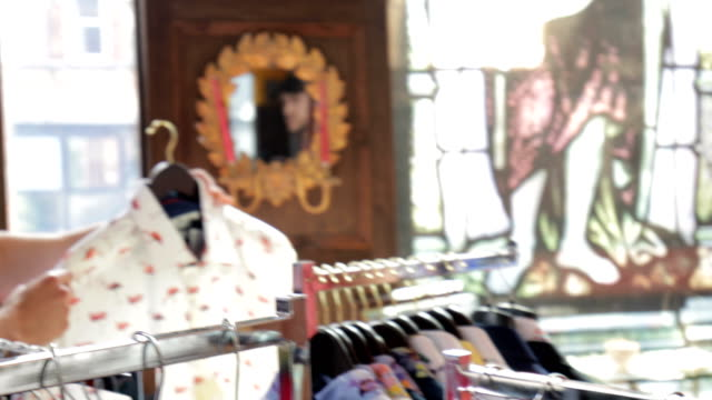Två hanar shoppa Smart kläder