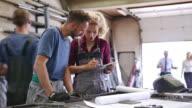 Zwei Arbeiter, die Planung