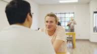 Twee mannen Chat Over koffie