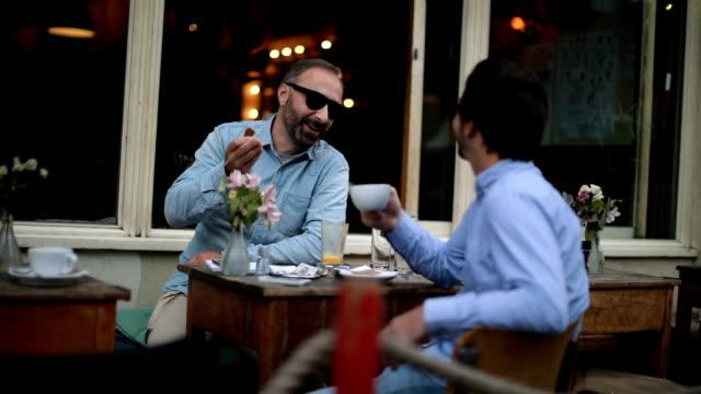 Twee mannen praten in café