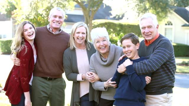 Zwei Jugendliche bei ihren Eltern und Großeltern