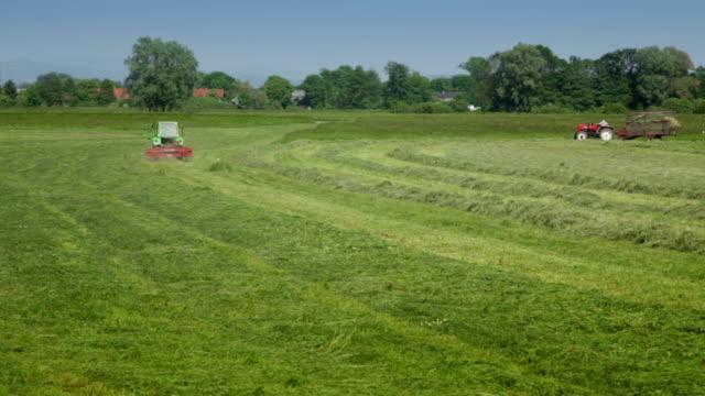 HD: Zwei Traktoren des Drahts der Hay