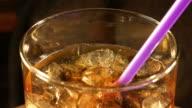 Zwei videos von kalte cola mit Eiswürfeln in 4 K