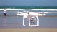 Zwei videos von Hintergrundgeräusche fliegt am Meer in echt Zeitlupe