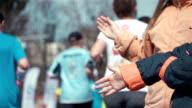 Zwei videos ein hohe fünf gibt Läufern -real Zeitlupe