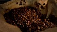 Två videor greppa kaffebönor i äkta slow motion