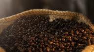 Twee video's van het nemen van koffiebonen in echte Slowmotion