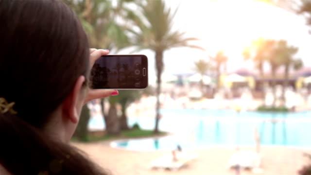 Zwei videos von einer Frau, die ein Bild am Urlaub in Echtzeitlupe
