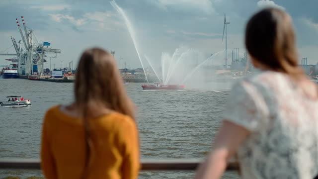 Zwei Frau Freunde zusammen im Freien am Hafen