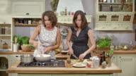 DS twee vrouwen die koken op een kookprogramma en praat met de kijkers