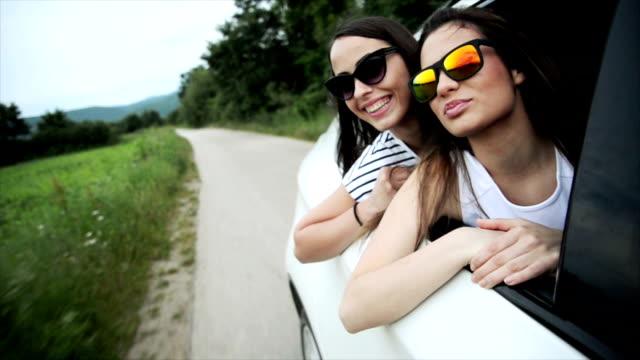 Twee vrouwen in de auto. Slow motion