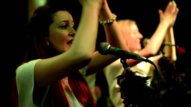 Twee vrouwen zingen.