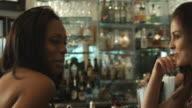 Zwei junge Frauen in Augenschein der bar
