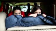 Due giovane donna che si diverte in camper che esce fuori strada