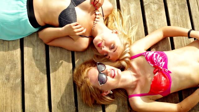 Zwei junge Frau Sonnenbaden