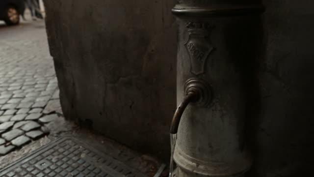 Tipica Nasone Fontana d'acqua potabile a Roma