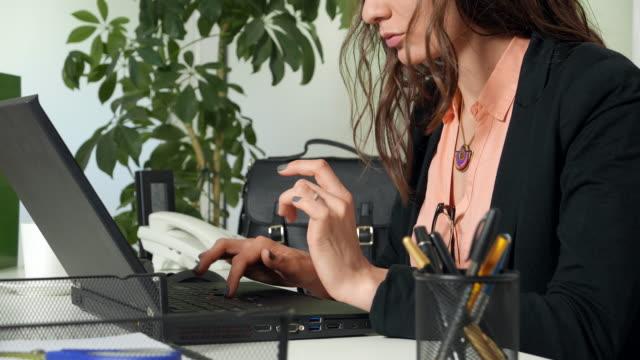 Att skriva på en bärbar dator på kontoret