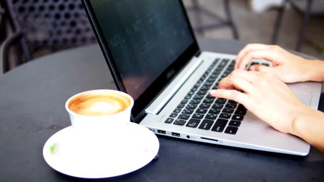 Tippen auf einen laptop