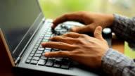 Tippen auf Laptop-Tastatur