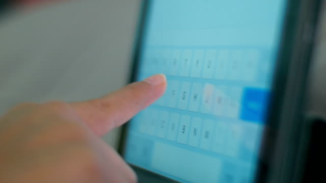 Tippen auf Tablet-PC-Tastatur