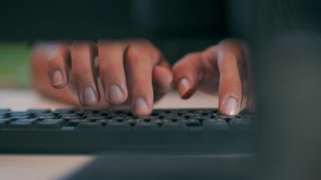 Woorden typen op toetsenbord, schot Dolly