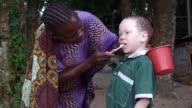Ukerewe una isla de Tanzania es el refugio para la gente con albinismo del pais debido a sus condiciones alli los albinos se sienten protegidos...