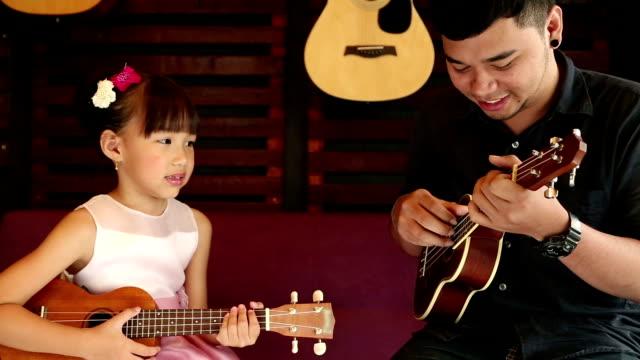 Wie man Ukulele spielt Gitarre Lehrer unterrichten Musik