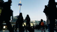 Ultra HD 4K Time-lapse: Crowded voetgangers- en toeristische mensen op de winkelstraat op Kyoto metro station japan met Kyoto Tower op achtergrond