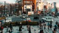 Ultra HD Time lapse van menigte mensen en toeristische wandelen op doorsnede van de straat met zakelijke gebouw in japan