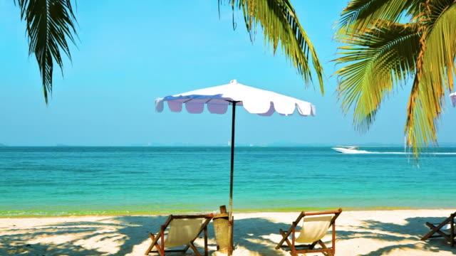 Sonnenschirm und Liegestühle in der Nähe von Meer